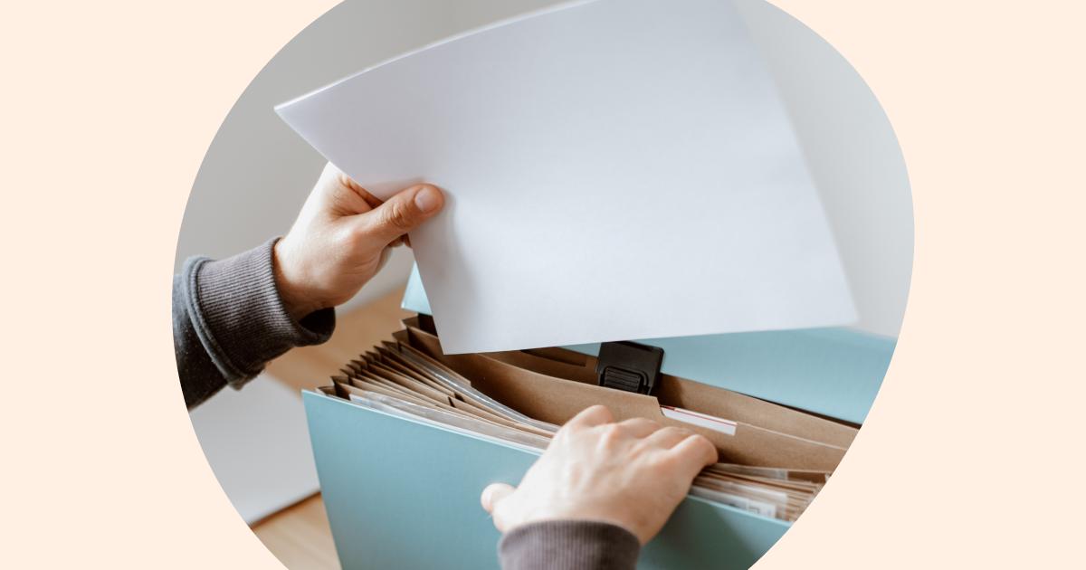 Un gestor para autónomos archiva papeles en una carpeta